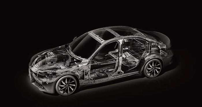 La estructura del monocasco, siguiendo la senda iniciada con el Giulietta, recurre a la utilización de materiales ligeros de diverso tipo, consiguiendo un peso francamente ligero para el volumen del coche.