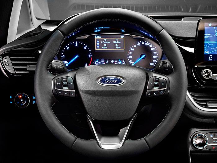 Como ya es habitual en un coche moderno, los múltiples mandos están repartidos entre el apoyacodos de la puerta, el frontal del salpicadero a un lado y otro del volante, los radios de éste, y la consola central, tanto en su tramo vertical frontal como en el horizontal entre los asientos.