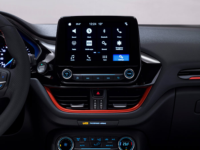"""La pantalla ofrece -además del icono """"Home"""", reloj y termómetros exterior e interior- doce posibles aplicaciones y/o programas, al margen de los comandos de la radio situados directamente debajo suyo."""