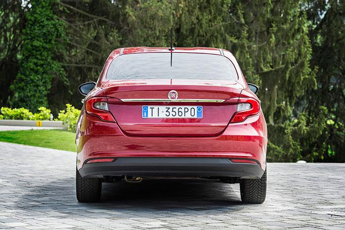 """El Sedán rojo monta neumáticos invernales, de laminillas o """"contacto""""; imposible saber a ciencia cierta de qué marca, puesto que todos los diseños (Conti, Pirelli, Bridgestone, Michelin) son prácticamente idénticos."""