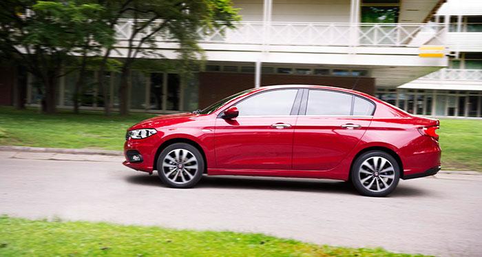 Puestos a seguir con el juego de las comparaciones, el Tipo Sedán tiene un evidente parecido con el Mazda-3 de similar carrocería. Y es que las exigencias de la aerodinámica y la legislación moderna acaban llevando a soluciones que difícilmente pueden diferir mucho unas de otras.