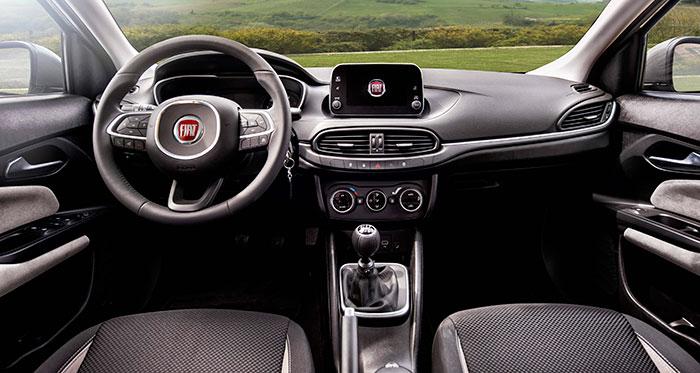 El puesto de conducción, y el salpicadero en su conjunto, tienen un diseño muy limpio, que sólo queda roto por la pantalla central; que, eso sí, está situada en un lugar con muy buena visibilidad para conductor y acompañante.