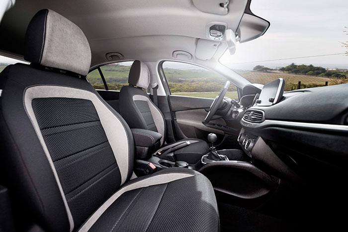Un interior también muy en la línea de los modernos segmento C; incluye el cajón central y su tapa, que puede ser más o menos molesta para el codo del conductor en función de la altura a la que sitúe su asiento.
