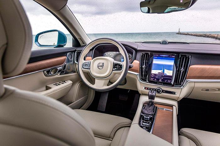 Opulento aspecto del puesto de pilotaje, en el que no hay gran cantidad de mandos a la vista, ya que la gran pantalla táctil acapara muchos de ellos.
