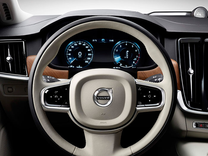 Tal y como ya se ha indicado anteriormente, el volante está sorprendentemente poco cargado de mandos; en cuanto al cuadro de instrumentos, su presentación es configurable.
