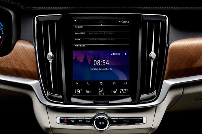La pantalla Android de generoso tamaño domina el diseño de la consola central vertical, y acumula una gran cantidad de mandos y funciones.