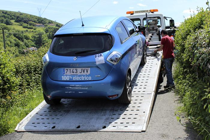 48-Bilbao Rallye- Coche azul en la asistencia