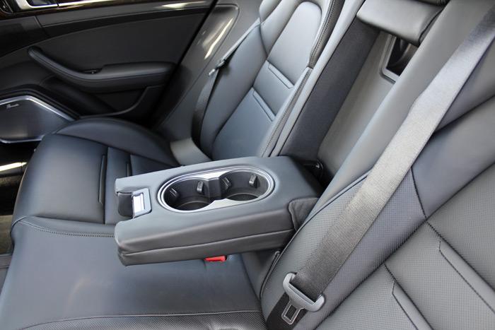 El reposabrazos central en el asiento posterior
