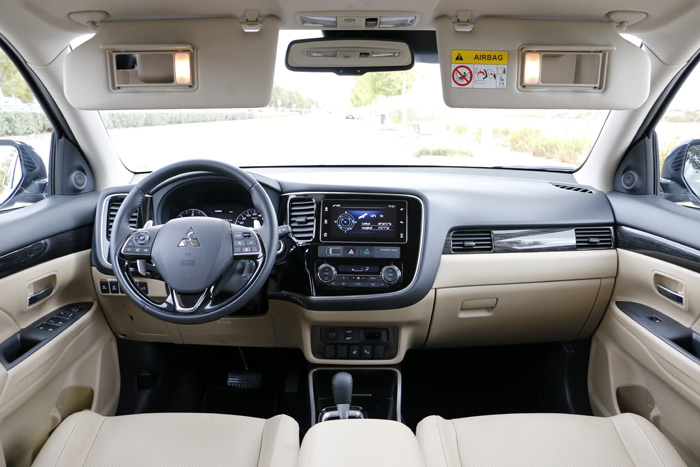 Diurnos. Fotos del Mitsubishi Outlander Kaiteki 4WD 220 DI-D 6AT 7 plazas