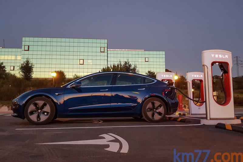 Tesla Model 3. Atado a los puntos de recarga