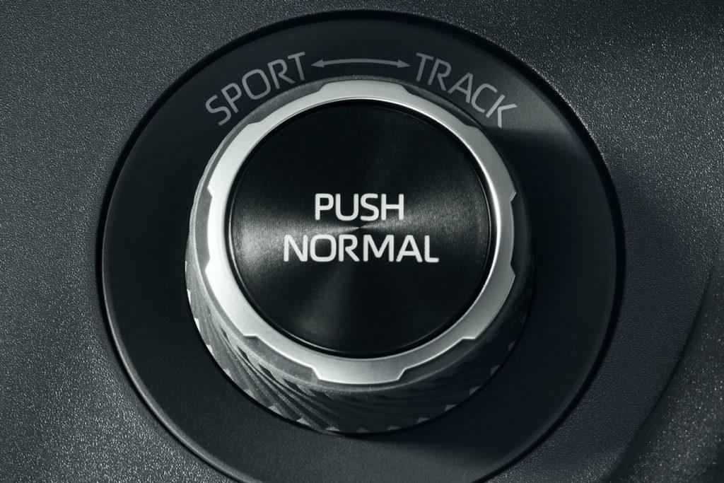 Mediante un mando, el conductor puede elegir entre tres tipos de funcionamiento del GR-FOUR: Normal, Sport y Track (circuito)