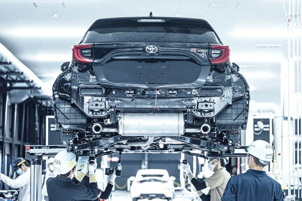 La suspensión trasera es de paralelogramo deformable (similar a la del Toyota Corolla)