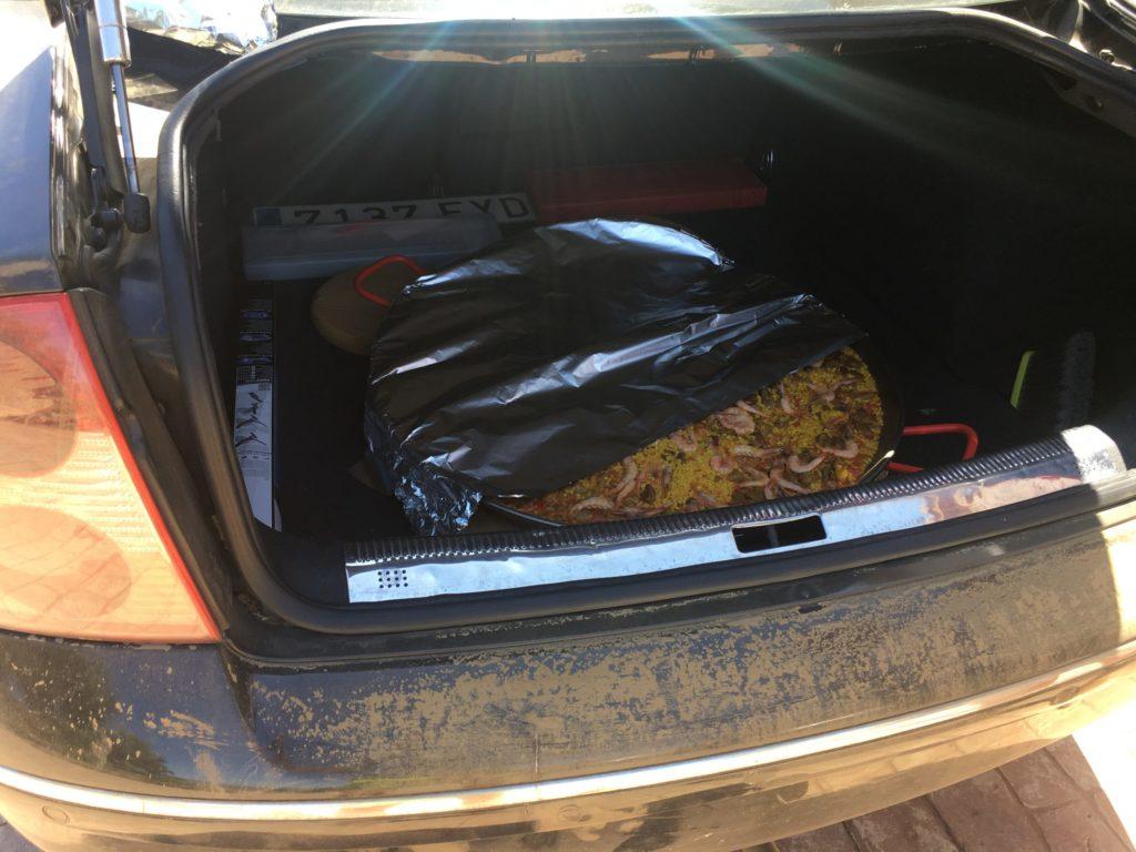 Transporte de una paella en el maletero
