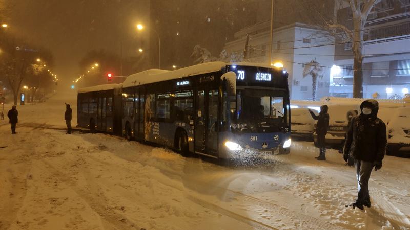 Madrid. Autobús de la EMT atascado en la nieve.
