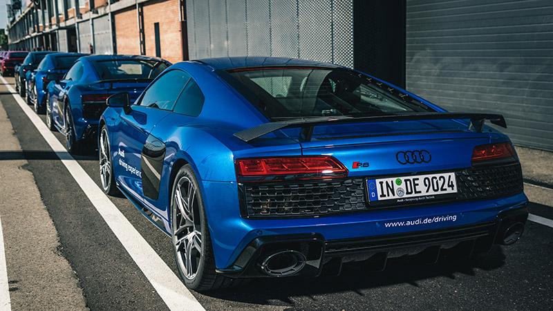 Varios Audi R8 V10 performance en boxes. Audi Driving Experience.