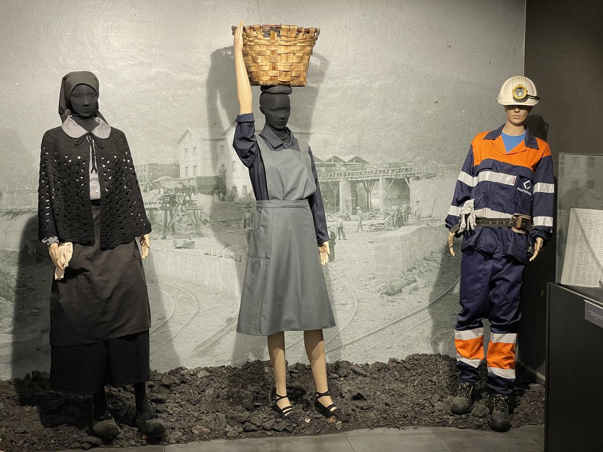 Minería del carbón. Asturias. Trajes de faena de las mujeres en las minas.