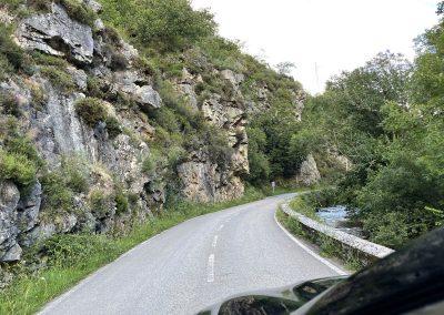 La carretera As-117 va pegada constantemente al cauce del Nalón
