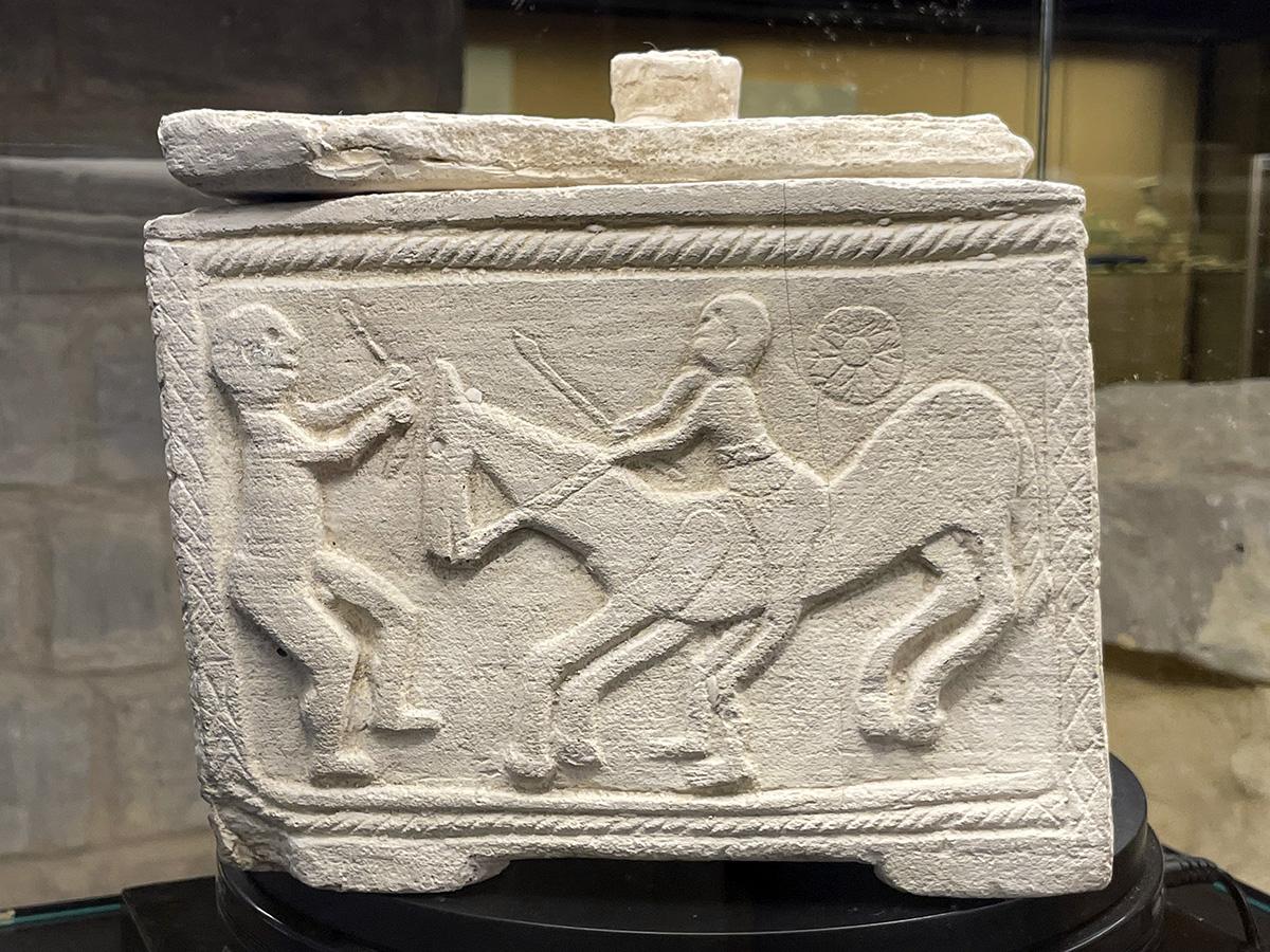 Arjona. Museo arqueológico. Caja de los guerreros.