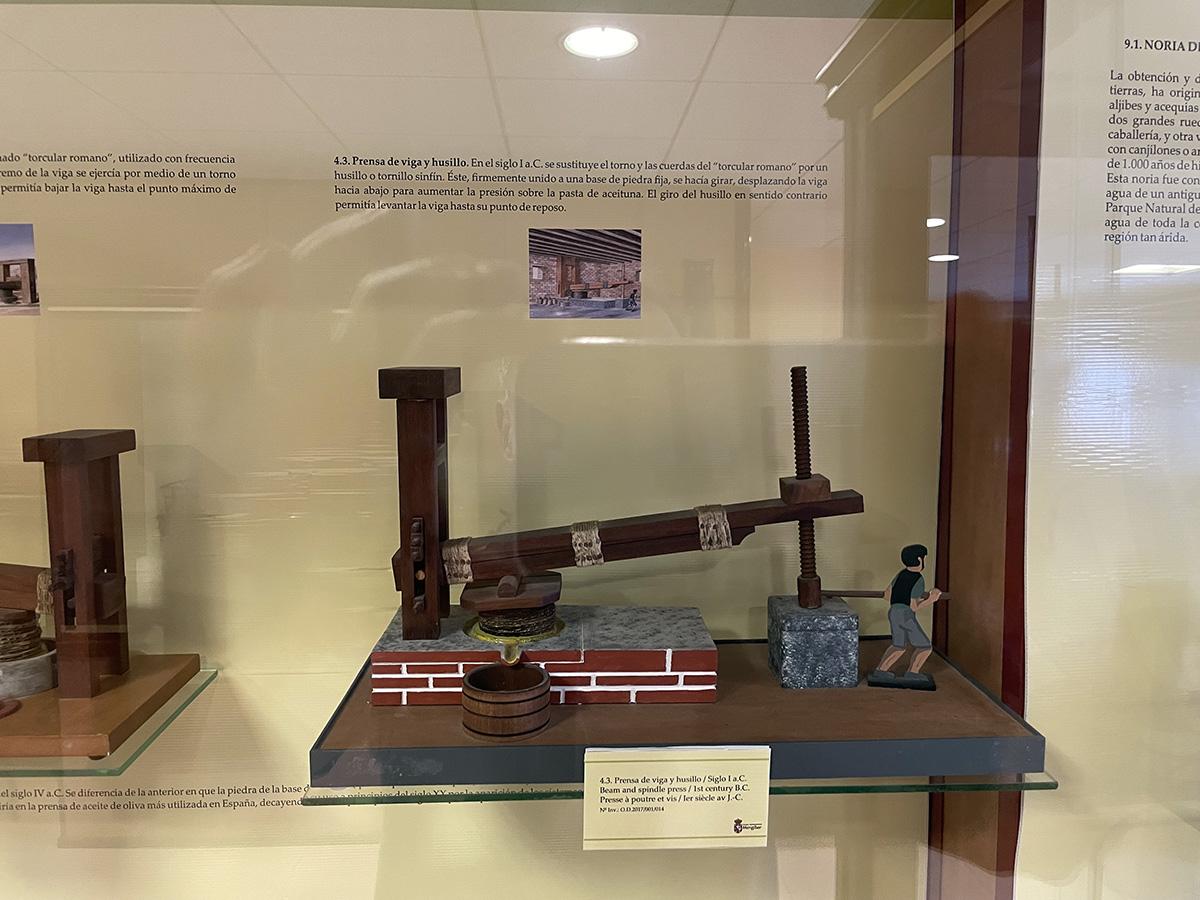Prensa de viga y husillo, también conocida como prensa de viga. Mengíbar. Exposición de Eulogio Calleja.