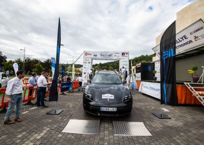 II Eco rallye Bilbao - Petronor. Porsche Taycan Turbo S. Bajada del podio de salida.