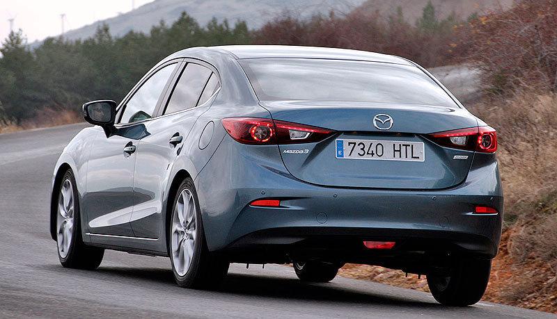Mazda3 SportSedan. Curva posterior